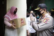 Jelang HUT Ke-74, Polri Bagikan Sembako ke Komunitas Budha dan Buruh