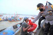 Kapolda Sumut Bagikan 350 Paket Sembako di Tengah Laut