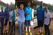 Dua Pasang Sepatu dari PEAK Indonesia buat Remaja Pecinta Basket Asal Merauke