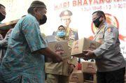 Hari Bhayangkara, Polri Bagikan Ribuan Sembako untuk Pedagang Mi Ayam