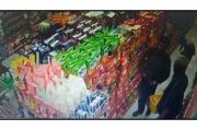 Dua Pencuri Ini Terekam CCTV, Barang Curian Disimpan di Balik Baju