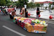 Seniman Surabaya Arak Peti Mati ke DPRD dan Pemkot Surabaya