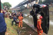 Mobil Warga Cilacap Nyungsep di Sungai Kalimalang, Ibu dan Anak Terbawa Arus
