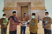 DWP UNS Sumbang Masker ke Masjid Nurul Huda