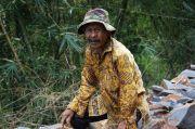 Semangat Aki Udin Bersama TNI Memecah Batu di Lokasi TMMD ke-108