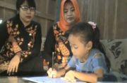Guru Datangi dari Rumah Siswa hingga Berburu Sinyal di Bukit Demi Pendidikan