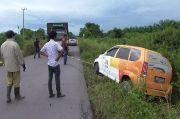 Pecah Ban, Mobil Bank Terguling di Jalan Trans Kalteng-Kalbar