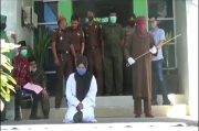 Wanita Aceh Selatan Ini Menitikkan Air Mata Saat Dihukum Cambuk