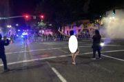 Viral, Demonstran Wanita Bugil Hadapi Pasukan Polisi AS