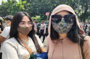 Demi Anak, Perempuan Cantik Pemandu Lagu Ini Rela Panas-panasan Ikut Demo