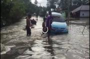 Nekat Terobos Banjir, Minibus Terjebak di Tengah Jalan