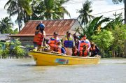 Gubernur Serahkan Bantuan Darurat Rp1,4 Miliar untuk Banjir Wajo