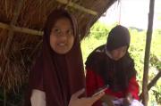 Demi Sekolah Daring, Anak-anak di Agam Harus Mendaki Bukit