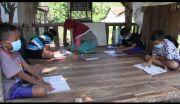 Tanpa Smartphone dan Internet, Anak Desa di Madiun Belajar di Pinggir Jalan