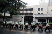 China Tutup Paksa Konsulat AS di Chengdu, Bendera AS Diturunkan