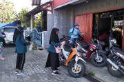 Cegah COVID, Mahasiswa Undip Semprot Disinfektan di Perumahan