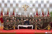 Kim Jong-un Bagi-bagi Pistol ke Petinggi Militer lalu Berpose Serius