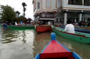 Menggunakan Perahu, Warga Wajo Salat Idul Adha Penuh Keprihatinan
