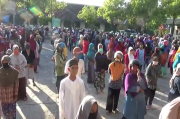 Ratusan Orang Berebut Kupon Daging di Masjid Jabalul Khoir