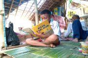 Tak Punya HP, Anak Terpaksa Belajar Online ke Rumah Teman