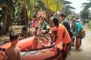 Rumah Terendam Banjir, Pengantin Wanita Dievakuasi Perahu Karet