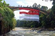 HUT RI, FPTI Pekalongan Kibarkan Bendera Raksasa di Jembatan Lolong