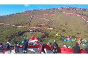 Tiga Ribu Pendaki Kibarkan Merah Putih Raksasa di Puncak Penanggungan