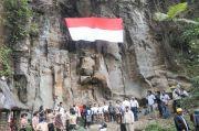 FPTI Karo Kibarkan Bendera Raksasa di Tebing Alam Sikulikap
