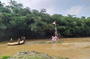 Pengibaran Bendera Merah Putih di Tengah Sungai Ciliwung