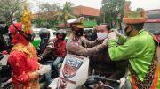 Tanggalkan Pakaian Dinas, Begini Penampilan Polisi di Tangerang saat Bagi-bagi Masker