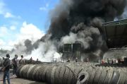 Pabrik Ban Bekas di Terbakar, Kepulan Asap Hitam Kagetkan Warga