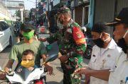 Dikira Kena Razia, Pengendara Motor Tabrak Satpol PP yang Hendak Berikan Masker