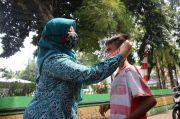 Cegah COVID-19, TP PKK Jakut Sebar 1.260 Masker ke Warga Kebon Bawang