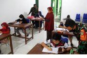 Demi Internet Gratis, Puluhan Siswa SD Belajar di Koramil 1402