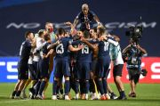 Banderol Neymar-Mbappe di Atas Skuad Die Roten