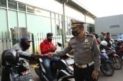 Cek Protokol Kesehatan, Polisi Bagikan 5.000 Masker di Tanah Abang