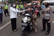 Ester Terawan Bagikan Masker di Simpang Lima Semarang