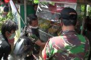 Personel TNI AD Perbaiki Lapak Pedagang yang Rusak di Arundina Jakarta Timur