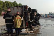 Truk Pengangkut Belerang Terguling dan Terbakar di Tol Jagorawi