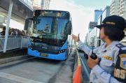 Tolong Lansia di Halte Transjakarta, Pengendara Ojek Diizinkan Masuk Busway
