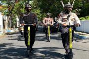 Unik, Anggota Polres Probolinggo Kota Naik Skuter Keliling Bagikan Masker Gratis