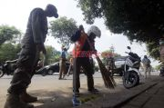 Warga Pasar Minggu Tak Pakai Masker Dihukum Mengecat Road Barrier