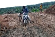 Awas! Jalan Alternatif Limapuluh - Tanjung Tiram Seperti Kubangan Kerbau