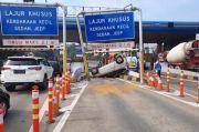 Sopir Ngantuk, Honda Jazz Terbalik di Gerbang Tol Cibubur