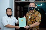 Anggota DPRD DKI Kenneth Bantu Warga Urus Sertifikat PTSL di Jakbar