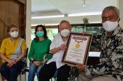 Selalu Berpihak pada Kaum Miskin, dr Lo Raih Penghargaan MURI