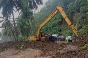 Hujan Deras Semalaman, Ruas Jalinbar ke Bengkulu Tertimbun Longsor