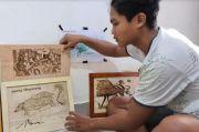 Lukisan Kayu Karya Pemuda Leang-leang : Pindahkan Relief Prasejarah ke Atas Jati