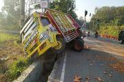 Rem Blong, Truk Hantam Pembatas Jalan di JLS Salatiga
