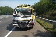 Kurang Antisipasi, Truk Sayur Seruduk Avanza di Tol Cipularang